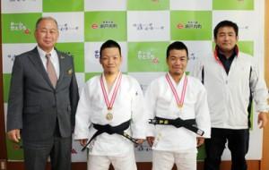 全日本ID柔道大会で好成績を残し、瀬戸内町役場を表敬訪問した福島誠己さん(右から2番目)と徹志さん(同3番目)兄弟=11日