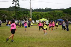 ドッジボールを楽しむ子どもたち=19日、喜界町早町の塩道長浜公園