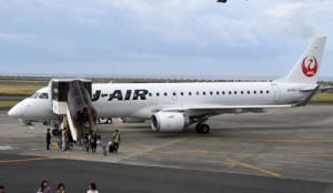 平均搭乗率が90%を超えた大阪と徳之島を結ぶ臨時直行便=3日、天城町徳之島空港