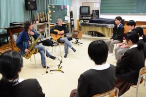奄美高校吹奏楽と交流するボサノバデュオユニット=29日、奄美市名瀬