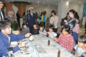 署員の指導のもと鑑識体験をする子どもたち=11日、和泊町
