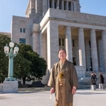 大島紬姿で議場に向かう金子万寿夫衆院議員=20日、国会