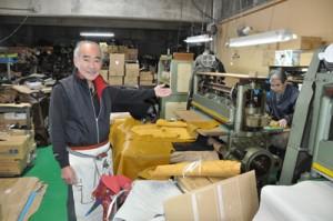 の裁断作業を紹介する佐藤さんのおいで現代表の勝嘉さん(左)