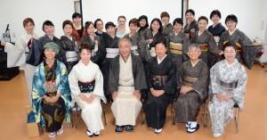 大島紬の魅力などを発信する「大島紬アンバサダー」の発足式に参加した会員ら=11日、龍郷町