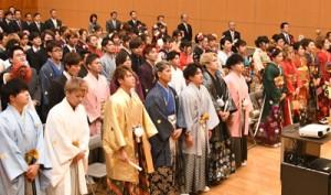郷土の将来へアンケートに協力した新成人ら=2日、徳之島町生涯学習センター