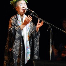 シマ(古里)への思いを込め、島唄を歌う朝崎郁恵さん=25日、奄美市名瀬
