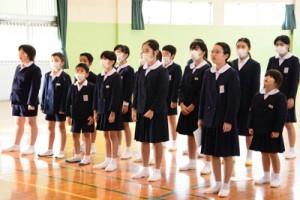 元気よく校歌を歌い新学期をスタートさせた児童=8日、小湊小学校