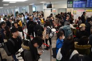 大勢の帰省客らで大混雑する奄美空港の保安検査場前=5日、奄美市笠利町
