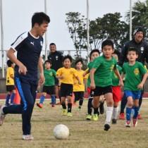 子どもたちがミニゲームなどで汗を流した鹿児島ユナイテッドFCのサッカー教室=23日、奄美市笠利町の太陽が丘総合運動公園陸上競技場