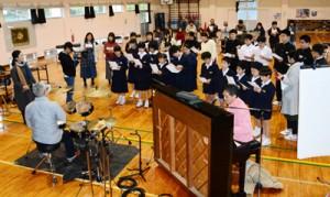 「懐かしい未来へ」を合唱する崎原小中学校の児童生徒ら=30日、奄美市名瀬