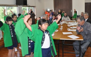 「蘇鉄音頭」の踊りを披露する国頭小の3年生=1月31日、和泊町