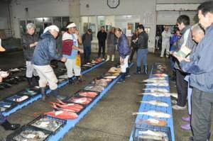 新鮮な魚が並んだ名瀬漁協の初競り=6日、奄美市
