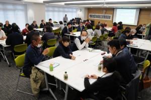 障がい者入所施設の高齢化について、課題を共有したグループワーク=16日、奄美市役所