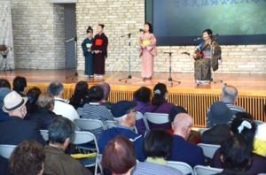 初春唄あしびで島唄を披露する出演者たち=5日、奄美市笠利町