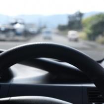 罰則なき「ながら運転」による事故を防げるかは、運転者一人ひとりの意識に懸かっている(写真はイメージ)