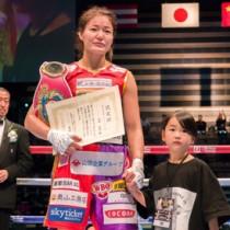 試合終了後、認定証を手に愛娘実衣菜ちゃんとリングに立つ吉田