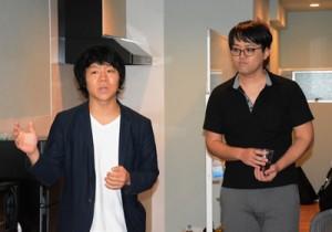 支社開設のあいさつをするサムライト株式会社の池戸代表(左)と加藤支社長=24日、奄美市名瀬