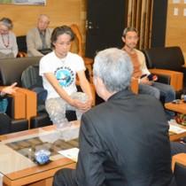 朝山市長を表敬訪問した朝崎さん(左)=24日、奄美市役所