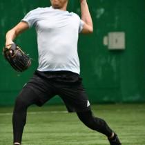 投球練習に取り組む内海投手=8日、奄美市の名瀬運動公園サンドーム