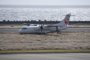 着陸時に滑走路を外れて草地に進入したJAC機=8日午前11時ごろ、奄美市笠利町の奄美空港