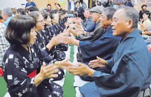 男女が向き合って唄掛けと手踊りを楽しんだ旧正月の伝統行事「節田マンカイ」=25日、奄美市笠利町節田