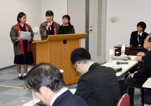 大島紬の持続的な振興について提案する(左から)伊東さん、隈元さん、箕輪さん=27日、鹿児島市