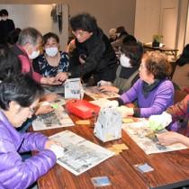 ヤコウガイを磨いてアクセサリー製作を体験した参加者ら=11日、奄美市名瀬
