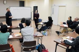 和気あいあいとした雰囲気で、英会話を教えている「アクセスせとうち」=15日、瀬戸内町古仁屋