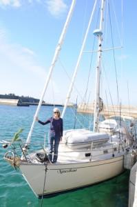 ヨットで旅を続けている尾崎香代さん=6日、知名町の知名漁港