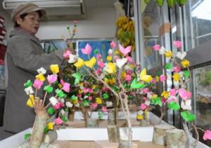 商品棚に並べられた色鮮やかなナリムチ=12日、奄美市名瀬