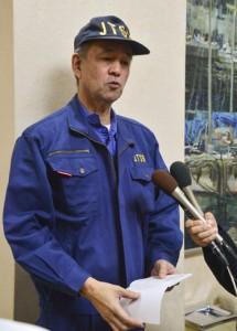実況見分について語る吉田統括航空事故調査官=9日、奄美空港