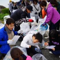 クリーンアップイベントで海洋ごみを回収、調査する参加者=19日、喜界町小野津