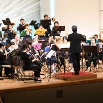 大編成の迫力ある音色などで聴衆を魅了した「吹奏楽の祭典」=25日、徳之島町亀津