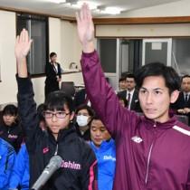 力強く選手宣誓した(右から)吉隆之輔・永田侑希の両選手=15日、奄美会館