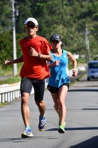 30キロ走に汗を流す西田選手(右)=2日、奄美市名瀬の古見方ロードコース