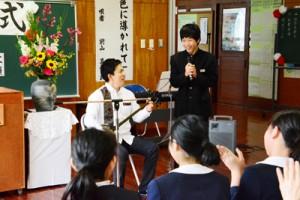 阿室小中学校の立志式=8日、宇検村