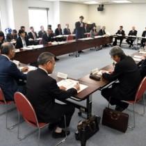 県外就職者の意識調査結果などが示された協議会=6日、鹿児島市の県庁