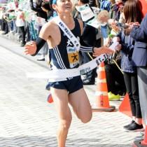 日間9位でゴールする大島のアンカー・中村康明=19日、鹿児島市役所前