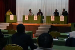 「奄美大島の夜の自然と観光」をテーマに関係者らが意見交換したシンポジウム=1日、奄美市名瀬