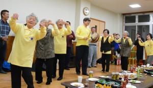 あらしゃげ会との交流会で踊りを披露する上嘉鉄八月踊り唄保存会の会員ら=2日、奄美市名瀬