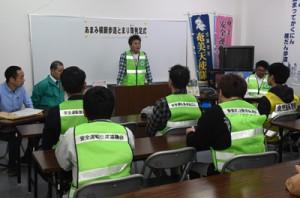 「横断歩道とまり隊」の発足式であいさつする川畑隊長=28日、奄美市名瀬の交通安全会館