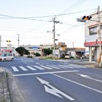 無電柱化が計画される、県道知名・沖永良部空港線の道路=20日、和泊町和泊