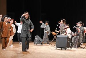 踊りや島唄をにぎやかに繰り広げたコンサート=16日、姶良市の加音ホール