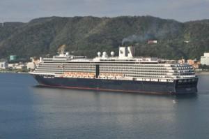 名瀬港に寄港する外国船籍の大型客船(2019年)