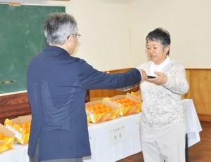 2L玉で金賞を受賞した元克美さん(右)=14日、奄美市名瀬の市農業研究センター
