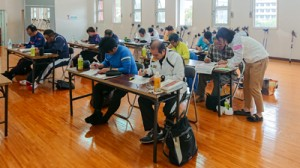 ノルディック・ウォーキングの指導法について学ぶ参加者=1月26日 奄美市の名瀬運動公園