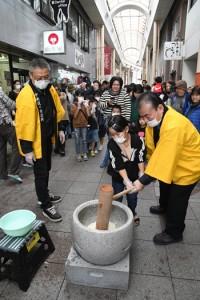 家族連れらでにぎわった旧正月イベントの餅つき=1日、奄美市の名瀬中央通りティダモール