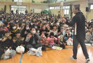 今春、小学校に入学する子どもたちがリズム遊びなどを楽しんだ「新一年生と保護者のつどい」=9日、奄美市名瀬の朝日小学校