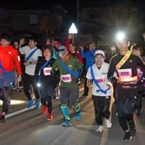 スタートする選手たち=2日、午前6時ごろ、奄美市笠利町赤木名のまーぐん市場