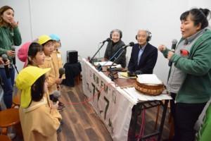 園児たちから島口についての質問を受ける(右から)渡さん、保会長、鈴木事務局長=18日、奄美市名瀬末広町